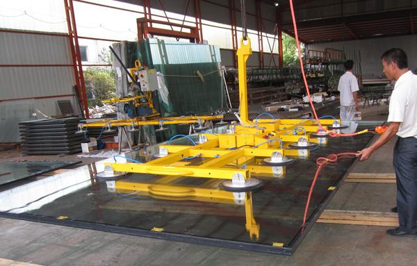 大型玻(bo)璃吸吊機應用案例